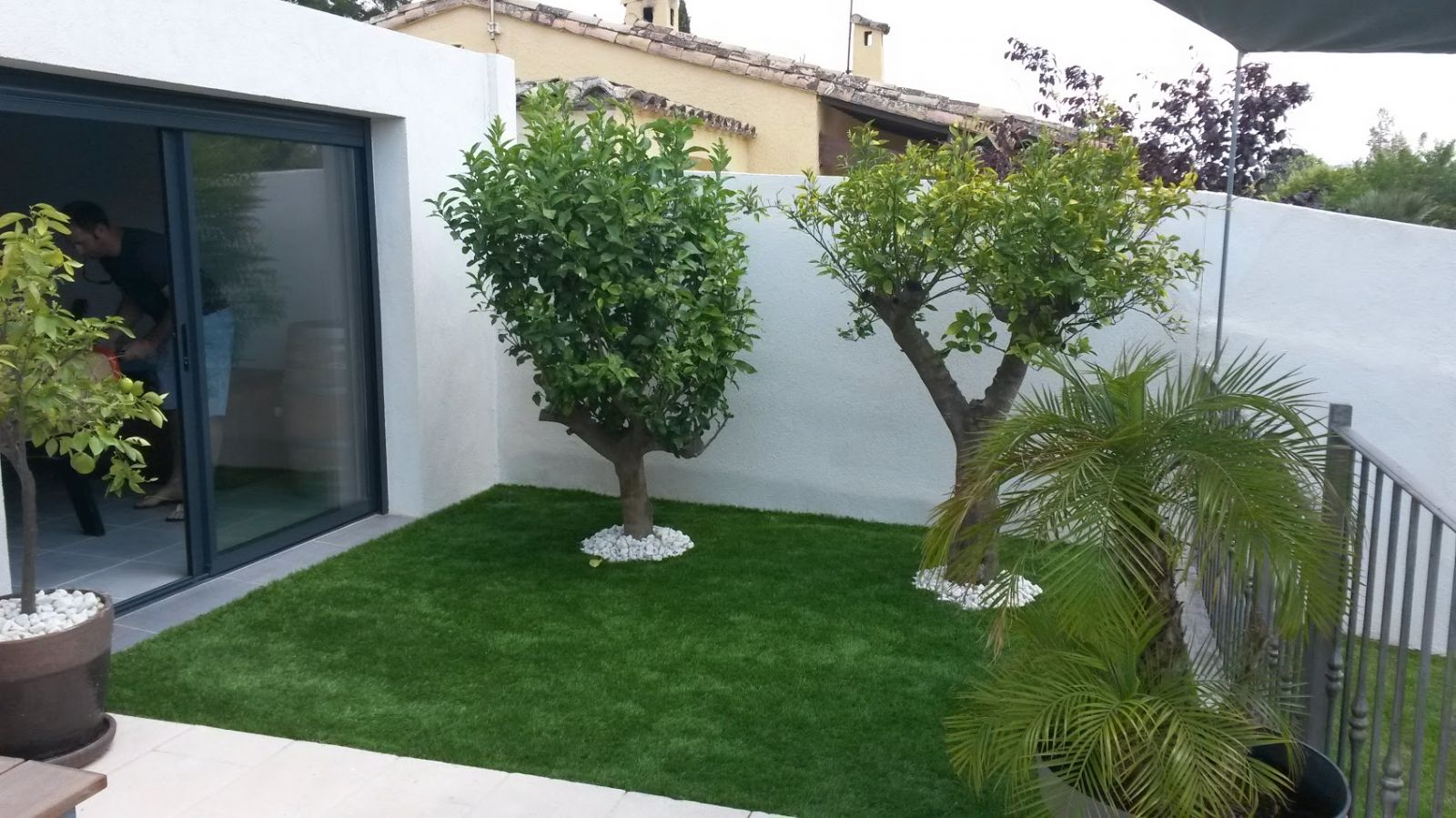 Am nagement de jardin avec pose de gazon synth tique sur for Decoration jardin villa